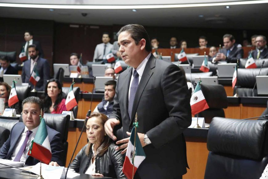 Senador Ismael García Cabeza de Vaca participa en la discusión de una moción a la Mesa Directiva