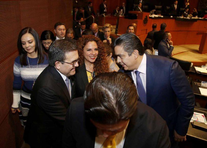 Senadores Del PAN despiden al secretario de Economía, Ildefonso Guajardo, al término de su comparecencia en el Senado de la República.