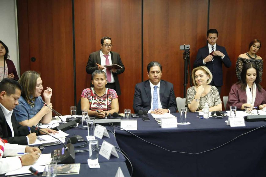 Las senadoras Kenia López Rabadán y Xóchitl Gálvez Ruiz, y el senador Marco Antonio Gama Basarte, durante la reunión de la Comisión de Asuntos Indígenas.