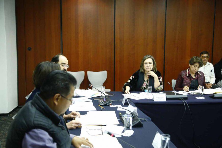 Los senadores del PAN Xóchitl Gálvez Ruiz y Víctor Fuentes Solís, al participar en la primera reunión ordinaria de la Comisión de Zonas Metropolitanas y Movilidad.