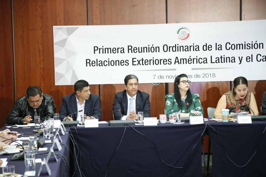 Los senadores panistas Marco Antonio Gama Basarte y Gustavo Madero Muños, durante su participación en la reunión ordinaria de la Comisión de Relaciones Exteriores América Latina y El Caribe