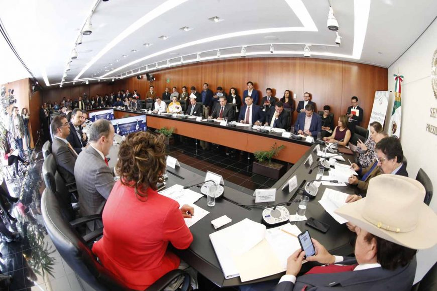 El senador del PAN Gustavo Madero Muñoz presidió la reunión de la comisión de Economía. Participaron las senadoras Minerva Hernández Ramos, Martha Cecilia Márquez Alvarado y el senador Mauricio Kuri González.