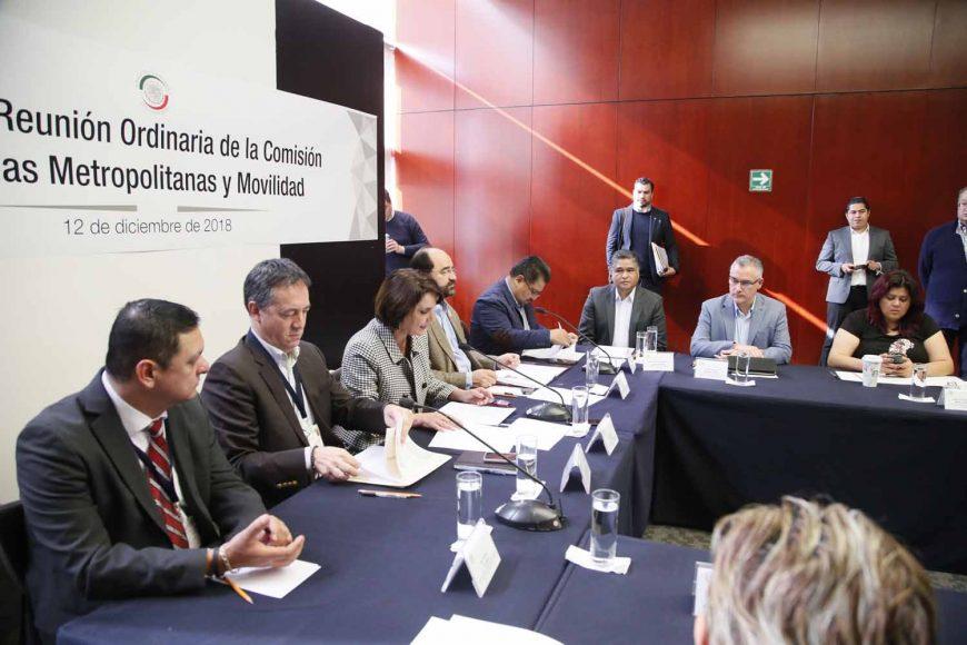 La senadora Xóchitl Gálvez Ruiz y el Senador Víctor Fuentes Solís, durante la reunión ordinaria de la Comisión de Zonas Metropolitanas y Movilidad.