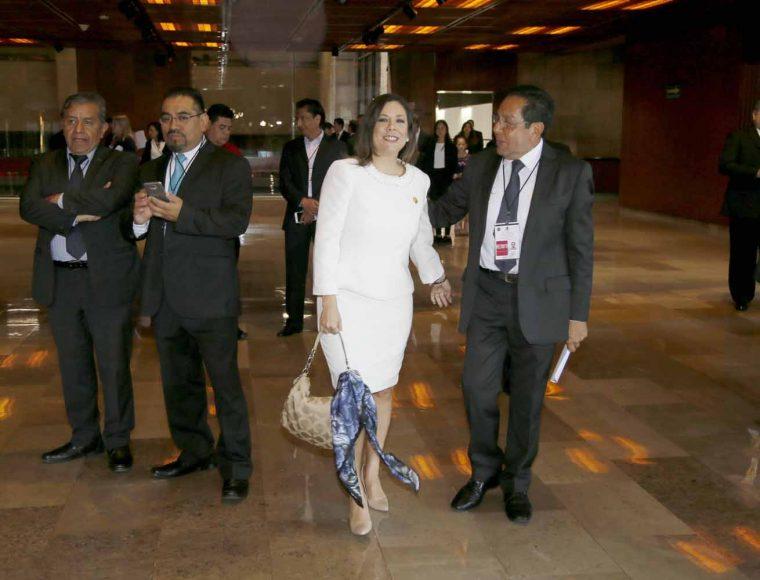 Senadora Gina Cruz Blackledge a su llegada al Palacio Legislativo de San Lázaro