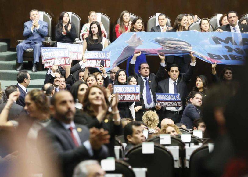 Senadores del Partido Acción Nacional en la sesión de Congreso General para la Ceremonia de Transmisión del Poder Ejecutivo Federal.