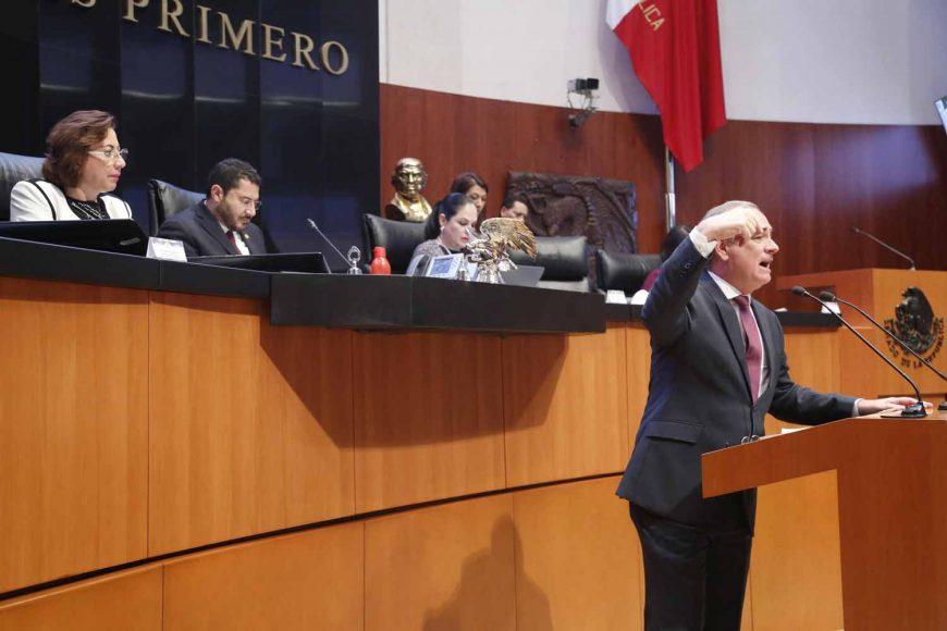 Senador Julen Rementería del Puerto al participar en la discusión de un dictamen de la Comisión de Anticorrupción, Transparencia y Participación Ciudadana
