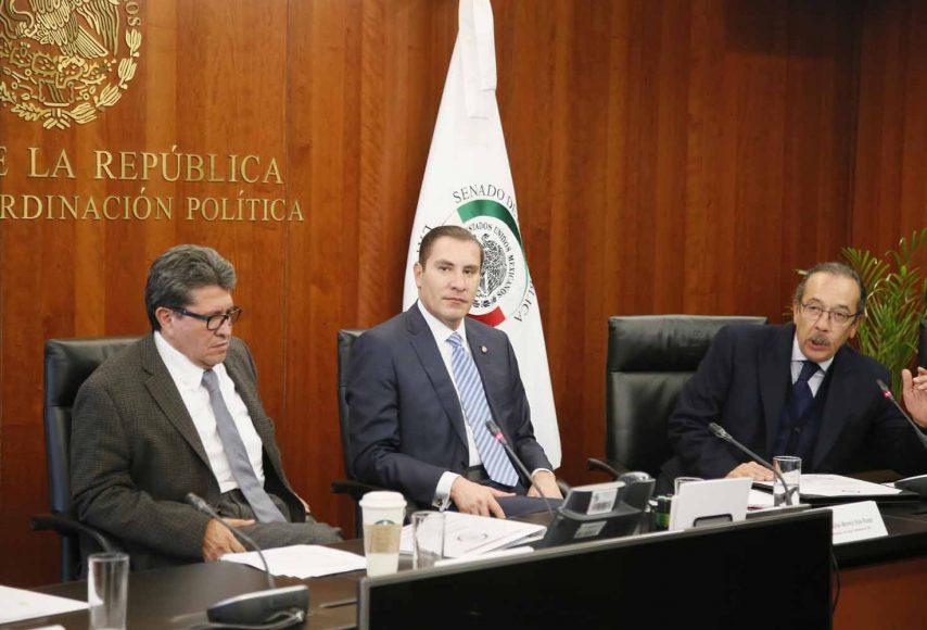 El senador Rafael Moreno Valle, en reunión de la Junta de Coordinación Política, entregó reconocimiento al licenciado Roberto Figueroa, Administrador General del Senado
