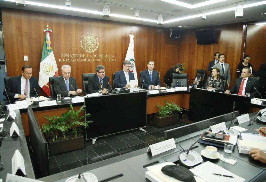 El coordinador de los senadores del PAN, Rafael Moreno Valle, y la senadora Josefina Vázquez Mota, durante la reunión de integrantes de la Junta de Coordinación Política, con las Comisiones de Relaciones Exteriores y el canciller Marco Ebrard, así como con el Dr. Juan Ramón de la Fuente, candidato a representar a México ante la ONU