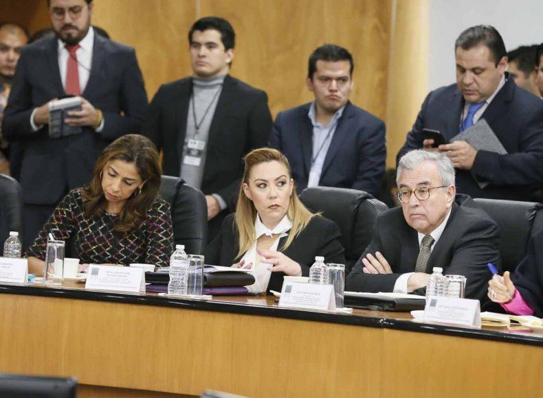 Las senadoras del PAN Alejandra Reynoso Sánchez y Minerva Hernández Ramos, durante la reunión de trabajo de la Tercera Comisión de la Permanente con los titulares de SHCP, Pemex y Profeco.