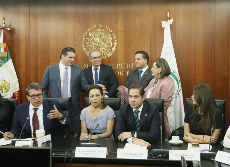 Senadores del PAN, encabezados por su coordinador, Mauricio Kuri González, durante la conferencia de prensa con integrantes de la Junta de Coordinación Política del Senado de la República, para anunciar los acuerdos para la aprobación de una Guardia Civil.
