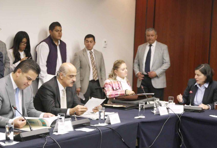 La senadora Xóchtil Gálvez Ruiz y el senador Damián Zepeda Vidales, durante la reunión de trabajo de las Comisiones Unidas de Reforma Agraria y de Justicia.