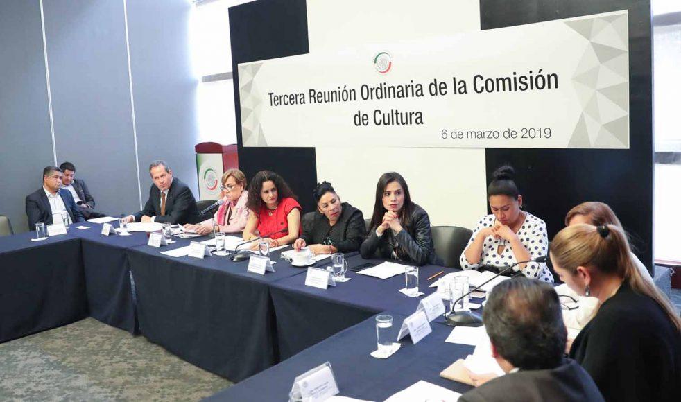 La senadora Martha María Domínguez Rodríguez, así como los senadores Víctor Fuentes Solís y Roberto Juan Moya Clemente, al participar en la reunión de trabajo de la Comisión de Cultura.