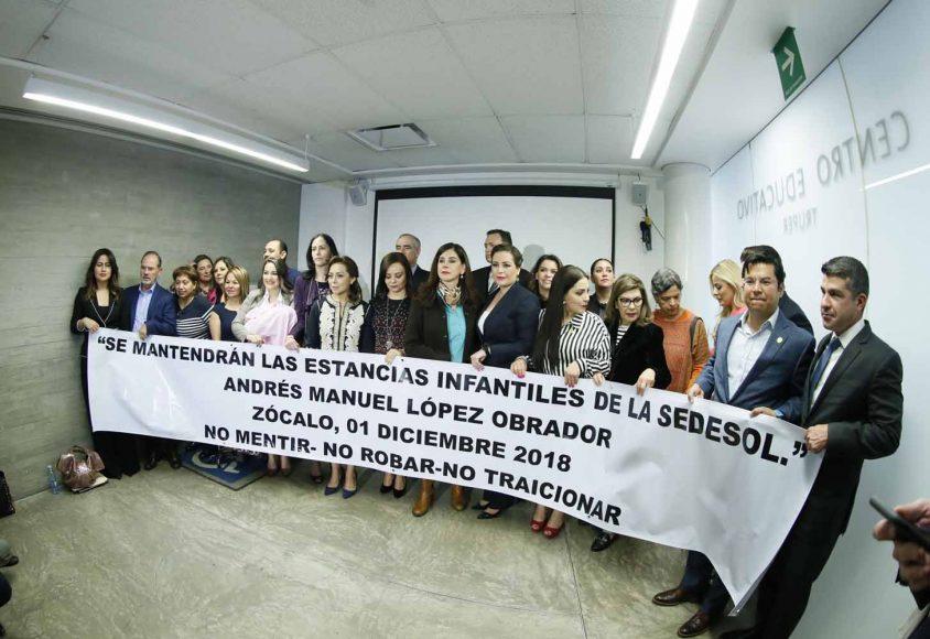 Las y los senadores del PAN, encabezados por su coordinador, Mauricio Kuri González, durante la conferencia de prensa conjunta con otros partidos políticos, para hablar sobre las estancias infantiles, en el Museo de Memoria y Tolerancia