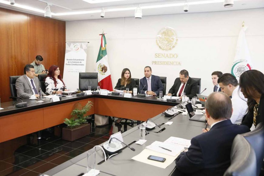 La senadora Indira Rosales San Román y el senador Damián Zepeda Vidales, durante la reunión Extraordinaria de la Comisión de Puntos Constitucionales.