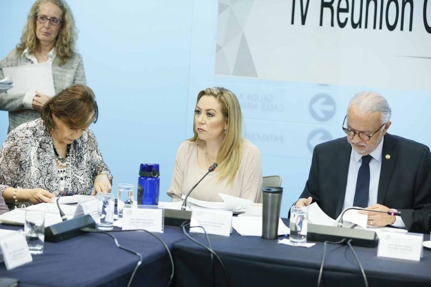 Las senadoras panistas Alejandra Reynoso Sánchez y Martha Cecilia Márquez Alvarado, así como el senador del PAN, Marco Gama Basarte, durante la reunión de trabajo de la Comisión de Salud.