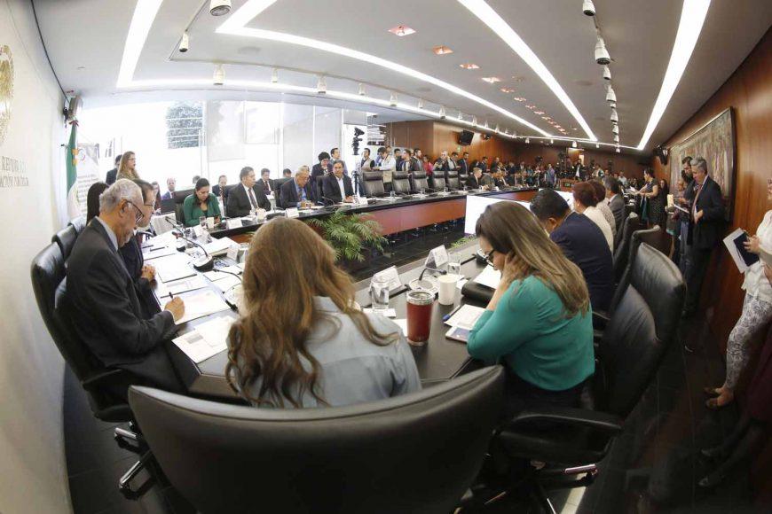 Las senadoras Martha Cecilia Márquez Alvarado y Mayuli Martínez Simón, así como el senador del PAN, Marco Gama Basarte, durante la comparecencia del Director General del ISSSTE, Luis Antonio Ramírez Pineda, ante la Comisión de Salud.