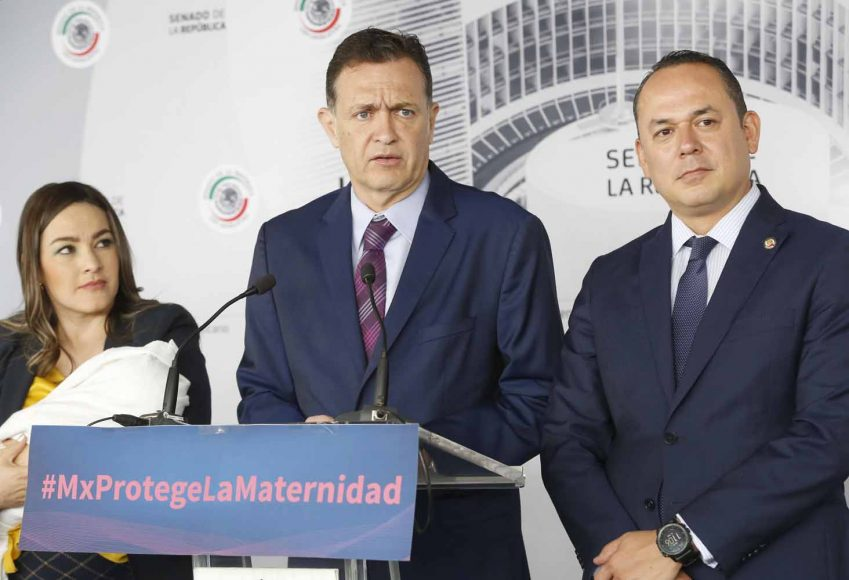 Senador Erandi Bermúdez Méndez al participar en la conferencia de prensa
