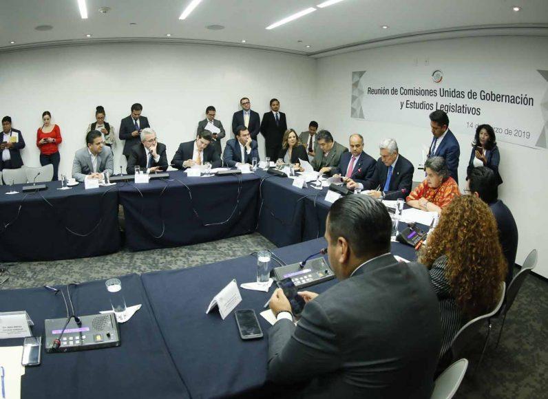 La senadora Gina Andrea Cruz Blackledge y Damián Zepeda Vidales, durante la reunión de trabajo de la Comisiones Unidas de Gobernación y Estudios Legislativos.
