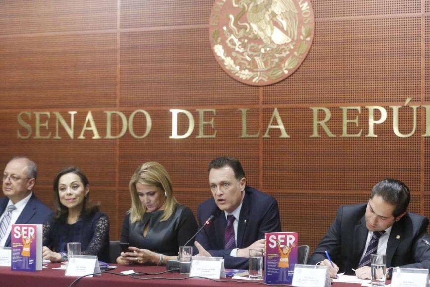 El Coordinador de los senadores del PAN, Mauricio Kuri González, durante la presentación del libro Ser Grande de la senadora Josefina Vázquez Mota.