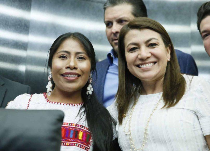Senadores del PAN durante la entrega de un reconocimiento a la actriz Yalitzia Aparicio