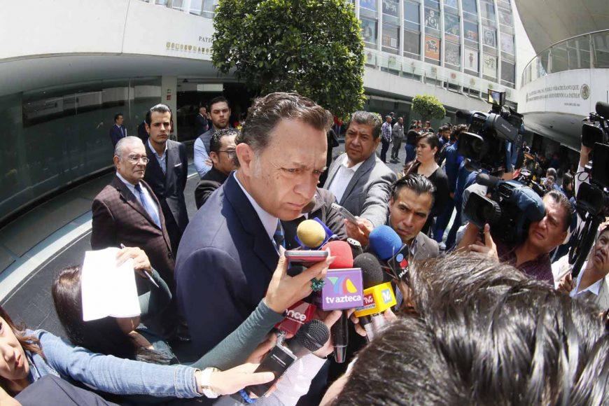 Entrevista al Coordinador de los senadores del PAN, Mauricio Kuri González, previo al inicio de la sesión ordinaria.