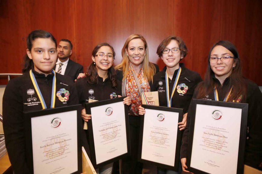 Senadoras del PAN acompañan a niñas galardonadas en el Senado