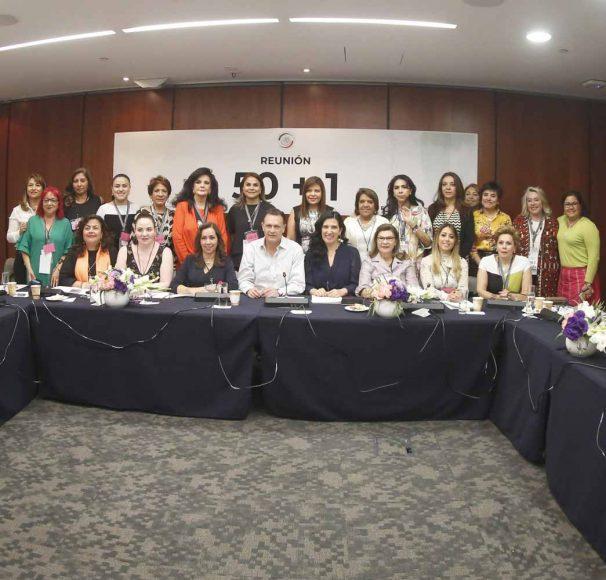 El coordinador de los senadores del PAN Mauricio Kuri González, durante la la reunión con las integrantes del colectivo 50 + 1, mujeres empresarias, académicas, políticas, legisladoras y exlegisladoras.