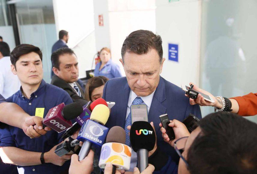Entrevista al coordinador de las y los senadores del PAN, Mauricio Kuri González, previo al inicio de la sesión.
