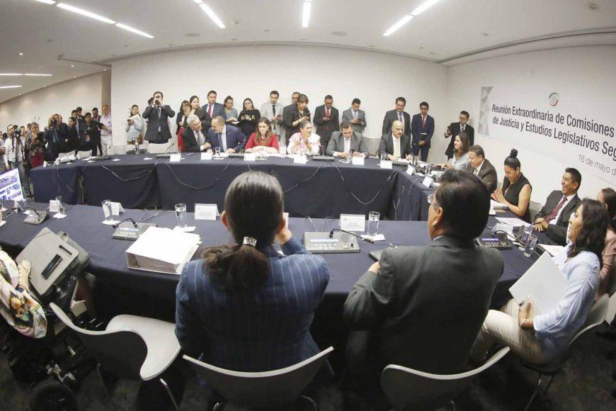 Senadora Indira Rosales San Román durante la reunión extraordinaria de la Comisión de Justicia