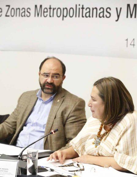 La senadora Xóchitl Gálvez Ruiz y el senador Víctor Fuentes Solís, durante su participación en la séptima reunión de trabajo de la Comisión de Zonas Metropolitanas y Movilidad.