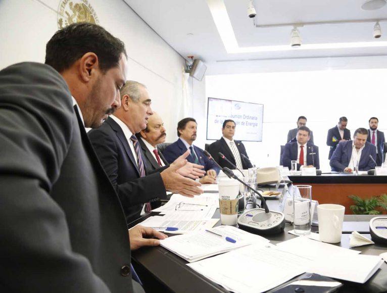 La senadora Xóchitl Gálvez Ruiz, y los senadores Raúl Paz Alonzo, Ismael García Cabeza de Vaca y Julen Rementería del Puerto, al participar en la reunión de la Comisión de Energía.