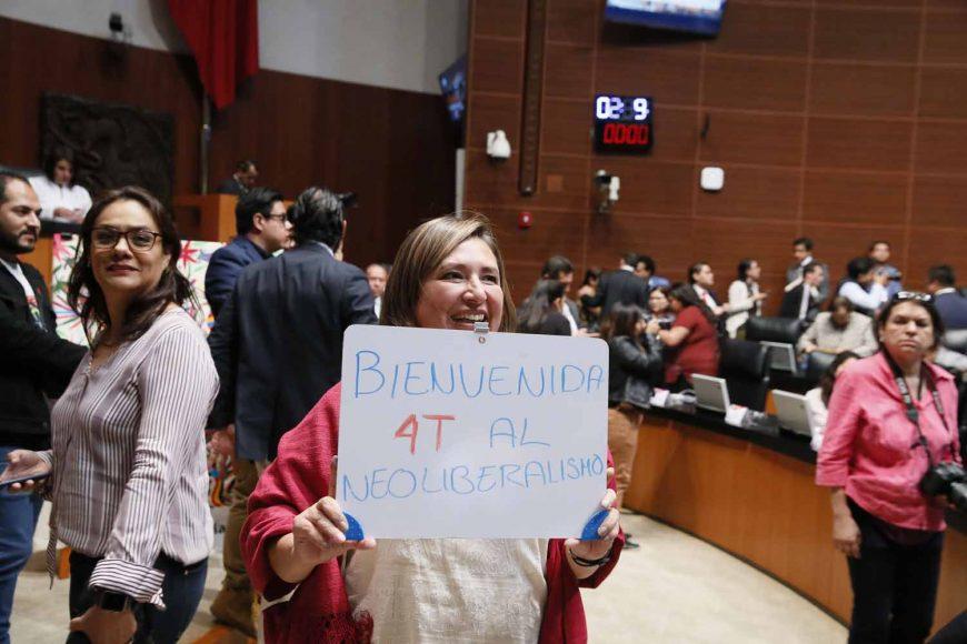 Senadora Xóchitl Gálvez Ruiz muestra cartel