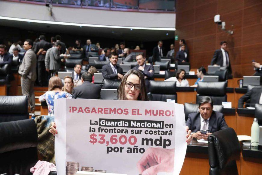 Senadora Martha Cecilia Márquez muestra cartel