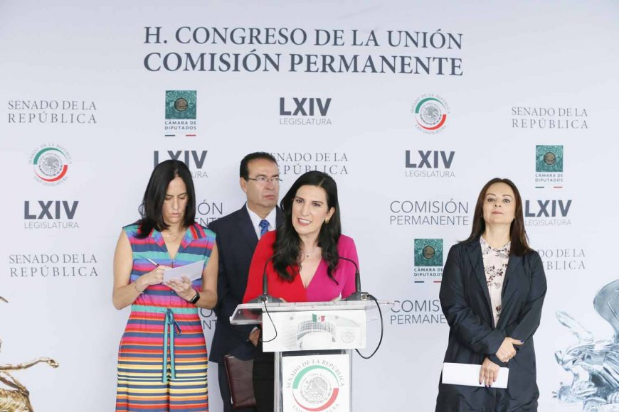 Las senadoras del PAN Josefina Vázquez Mota y Kenia López Rabadán, acompañadas por legisladores de otras bancadas, integrantes del Frente por la Niñez, dieron conferencia de prensa.
