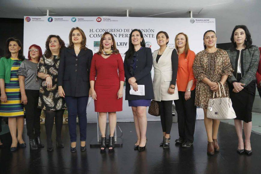 Conferencia de prensa concedida por la senadora Kenia López Rabadán, acompañada de la diputada del PRI, Ana Lilia Herrera Anzaldo, así como por mujeres integrantes del Grupo 50+1