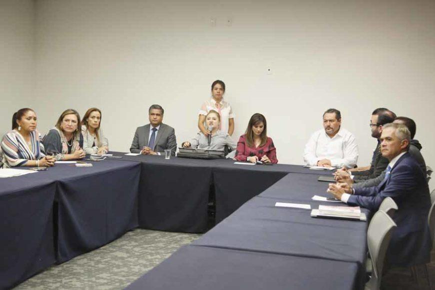 La senadora Xóchitl Gálvez Ruiz y el senador Víctor Fuentes Solís, en reunión con policías federales