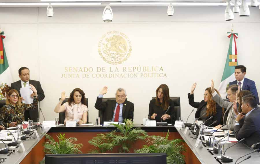Senador Víctor Fuentes Solís durante la reunión de la Tercera Comisión de la Permanente