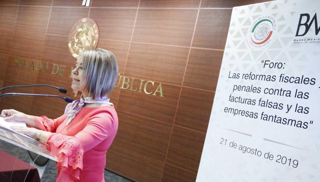 """Las senadoras Minerva Hernández Ramos y Xóchitl Gálvez Ruiz, durante la inauguración del foro """"Las reformas fiscales y penales contra las facturas falsas y las empresas fantasma""""."""