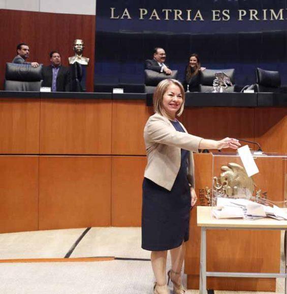 Senadores del PAN durante la votación para la elección de los integrantes de la Mesa Directiva, para el segundo año de ejercicio de la LXIV Legislatura del Senado de la República.
