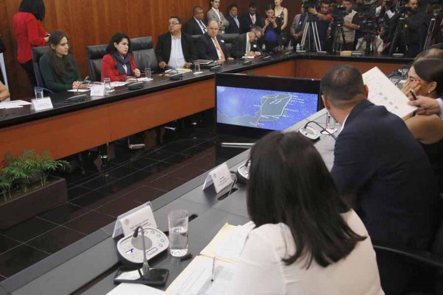 La senadora Mayuli Latifa Simón y el senador Raúl Paz Alonzo, durante la reunión extraordinaria de la Comisión de Turismo con el Secretario de Turismo Federal, Lic. Miguel Torruco Marqués.