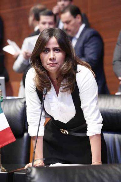Intervención de senadoras del PAN desde su escaño durante la sesión ordinaria.