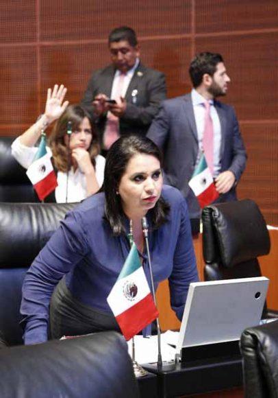 Senadoras y senadores del PAN al intervenir desde su escaño durante los trabajosde la sesión ordinaria.