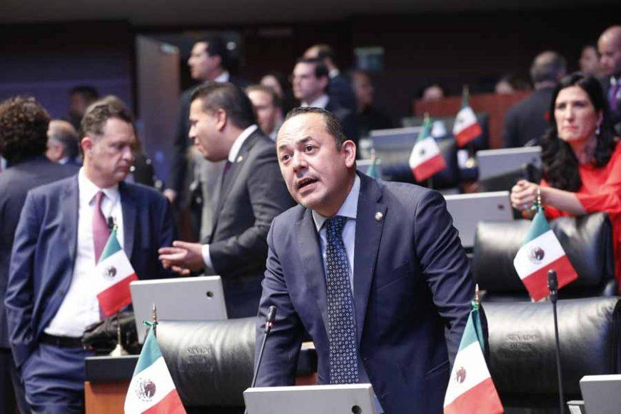 Senadoras y senadores del PAN al intervenir desde su escaño durante los trabajos de la sesión ordinaria.