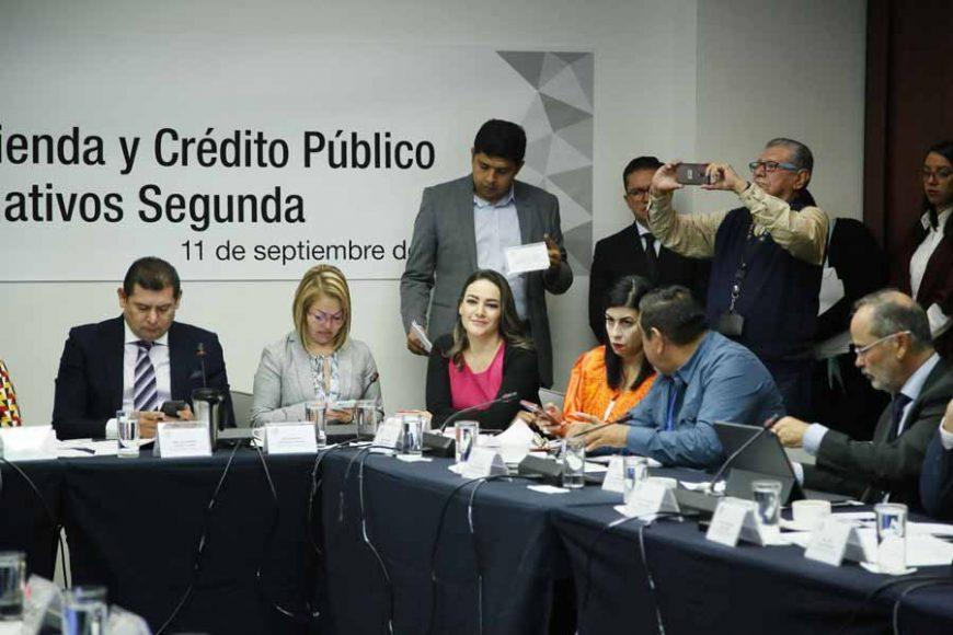 Los senadores del PAN Minerva Hernández Ramos y Gustavo Madero Muñoz, durante la reunión de las Comisiones Unidas de Hacienda y Crédito Público y de Estudios Legislativos Segunda.
