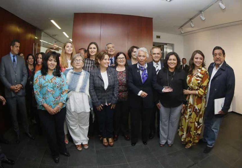 Senadoras del PAN Guadalupe Murguía Gutiérrez y Nadia Navarro Acevedo, al recibir a la secretaria de Gobernación, Olga Sánchez Cordero, en el marco del análisis del Primer Informe de Gobierno