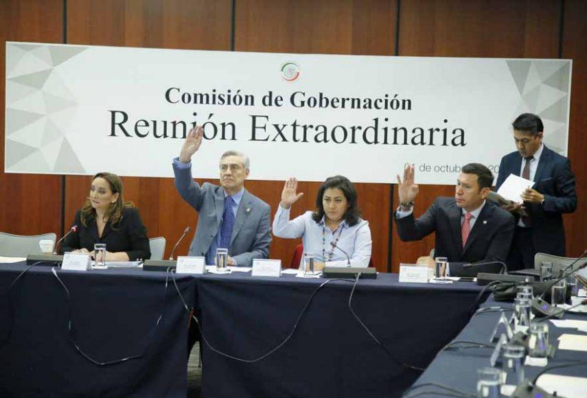 Las senadoras del PAN Nadia Navarro Acevedo, Indira Rosales San Román, así como el senador panista Damián Zepeda Vidales, durante la reunión de trabajo de la Comisión de Gobernación.
