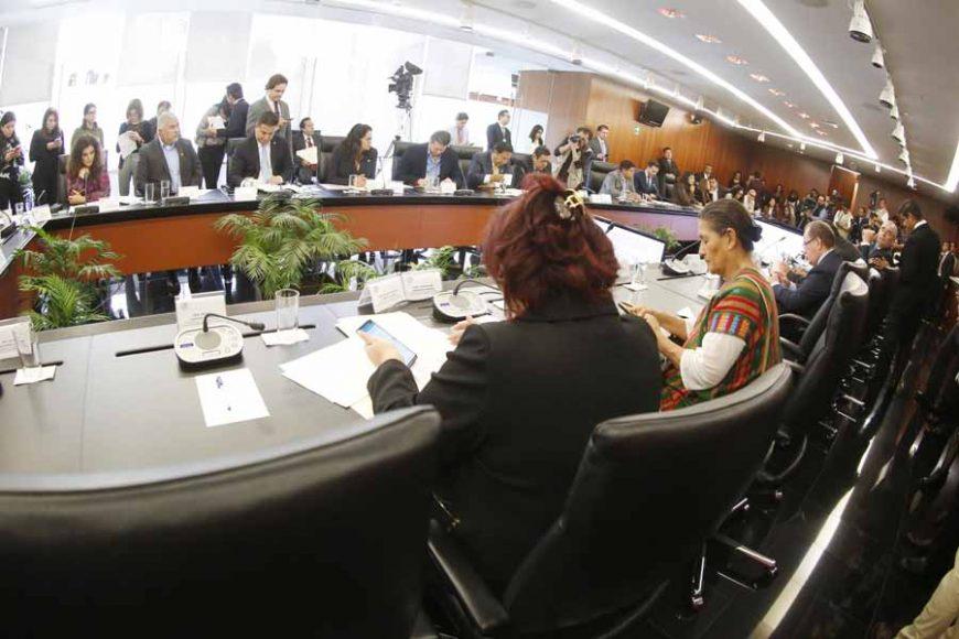 Los senadores del PAN Julen Rementería del Puerto y Damián Zepeda Vidales, durante la reunión de la Comisión de Hacienda y Crédito Público.