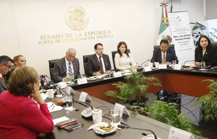 Las senadoras del PAN Alejandra Reynoso Sánchez y Mayuli Latifa Martínez Simón, al participar en la comparecencia del director del ISSSTE, Luis Antonio Ramírez Pinedo, ante la Comisión de Salud.