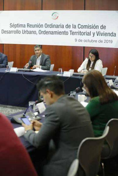El senador Víctor Fuentes Solís presidió la reunión de trabajo d la Comisión de Desarrollo Urbano, Ordenamiento Territorial y Vivienda para referirse a un punto de acuerdo por el que se solicita a la Sedatu y al Infonavit atender las reglas de operación del Programa de Vivienda Social para el ejercicio fiscal 2019, en la que participó la senadora Guadalupe Saldaña Cisneros.
