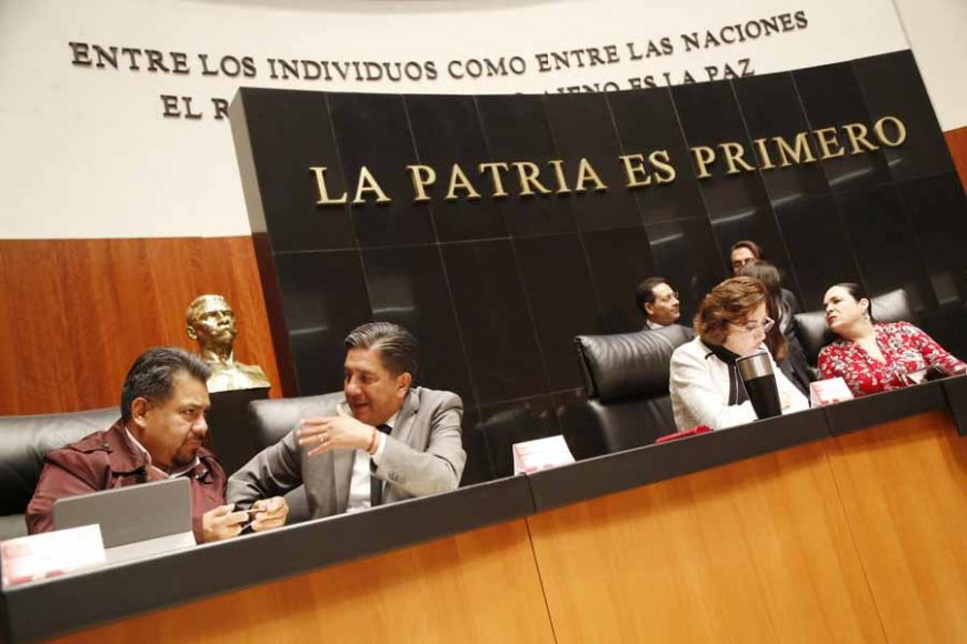 Senador Marco Gama Basarte en la Mesa Directiva durante la sesión ordinaria